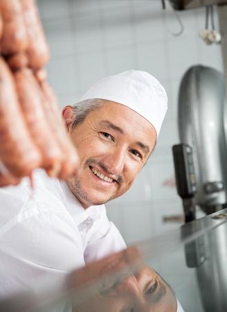 carnicer�a: Carnicero Sonriente En Carnicer�a Foto de archivo