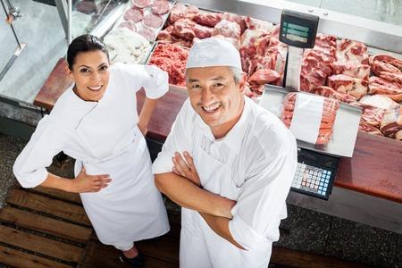 carnicero: Carnicerías confidentes pie en el mostrador Carnicería Foto de archivo