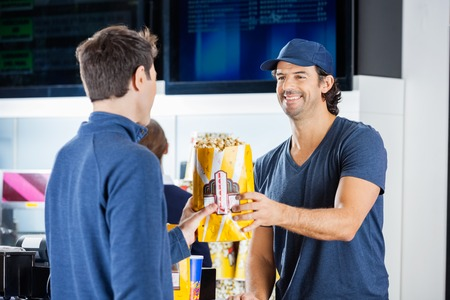tomando refresco: Vendedor Dar Palomitas Para Hombre En Puesto de comida Sonre�r