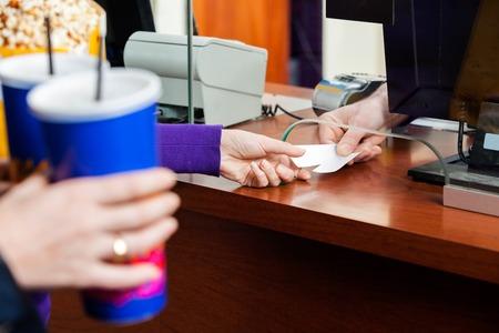 Le donne del cinema acquistando i biglietti presso Box Office