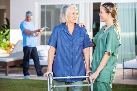 marcheur: Sourire femme handicapée et une infirmière à se regarder Banque d'images