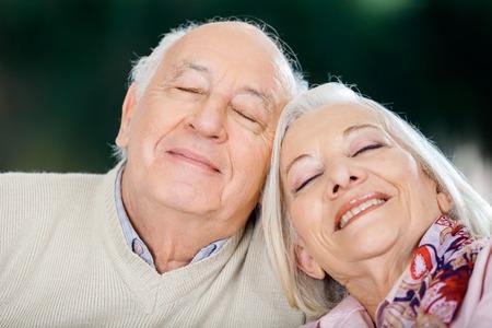 ojos cerrados: Amante de la pareja mayor que se relaja con los ojos cerrados Foto de archivo