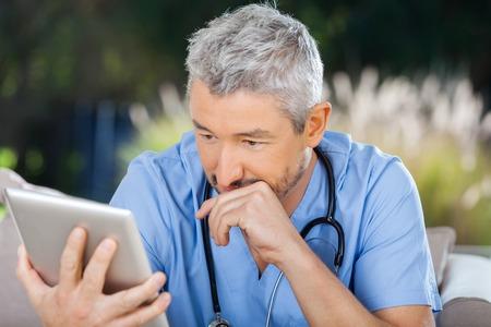 Dottor Male Utilizzando Tablet PC