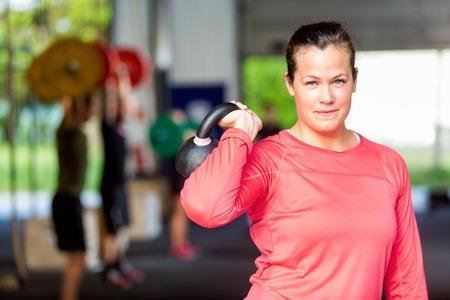 kettles: Elevación de la mujer en la gimnasia Kettlebell