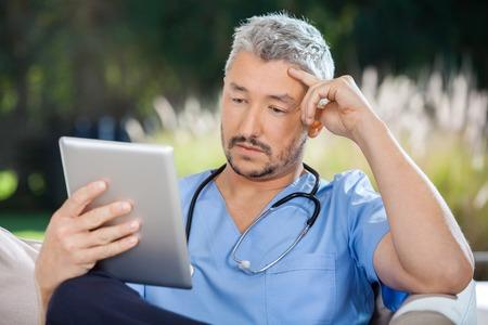 conexiones: Doctor de sexo masculino Uso de Tablet PC