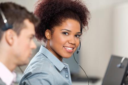 Jonge Customer Service Representative werken in het kantoor Stockfoto