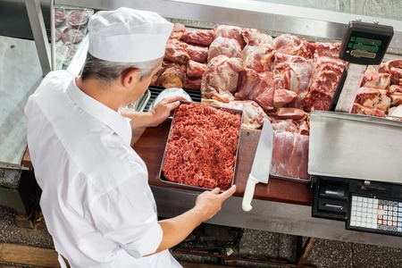 trays: Carnicero Holding Bandeja Carne Picada Foto de archivo