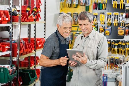 영업 사원 및 태블릿 컴퓨터를 사용하는 고객 스톡 콘텐츠