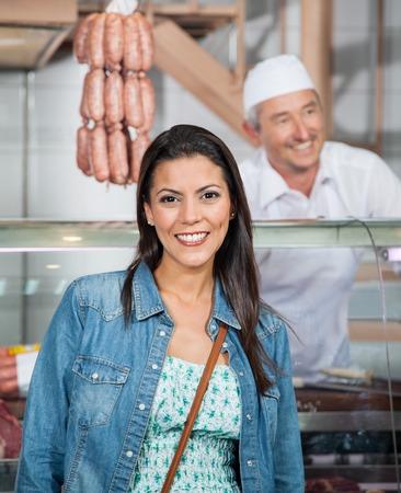 carnicer�a: Mujer hermosa que sonr�e en la Carnicer�a Foto de archivo