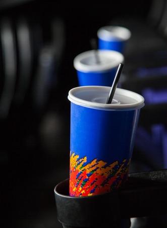 bebidas frias: Bebidas fr�as en brazos en el teatro