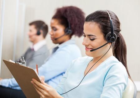 servicio al cliente: Servicio al Cliente Representante escrito en el portapapeles en oficina