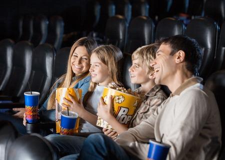 cinta pelicula: Familia que disfruta de la pel�cula En Teatro Foto de archivo