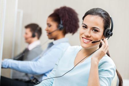 オフィスでの笑みを浮かべて女性客サービス エージェント