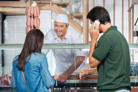 carniceria: Carnicero venta de carne Para Pareja En Carnicería Foto de archivo