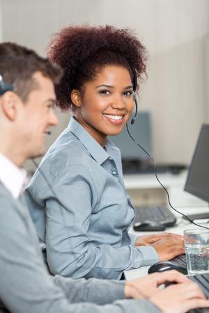 Krásná Mladá zaměstnanců pracovat v Call Center Reklamní fotografie