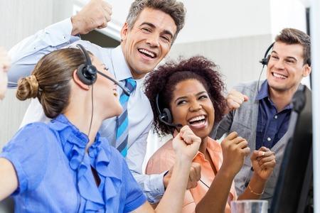 gente celebrando: Representantes de Servicio al Cliente alegre y Celebratin Gerente