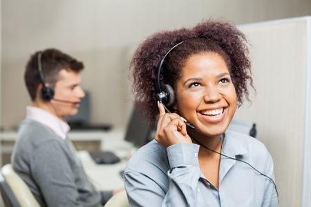 Veselá žena zákaznický servis zástupce v Úřadu
