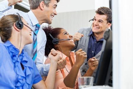 Call Center Zaměstnanci slaví úspěch Reklamní fotografie