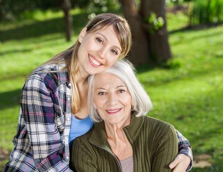abuela: Abrazar Madre en camping