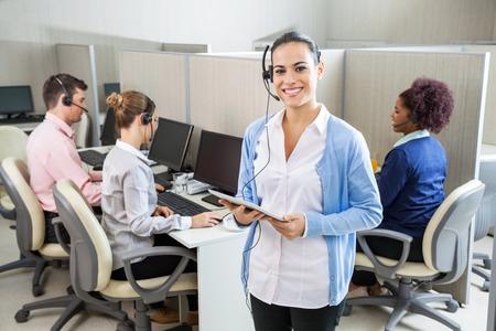 행복한 고객 서비스 담당자를 들고 태블릿 컴퓨터 스톡 콘텐츠