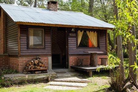 cabaña: Exterior de la cabaña de madera Foto de archivo