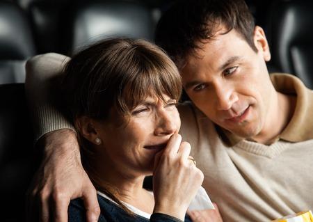 mujer llorando: Hombre reconfortante Mujer Llorando mientras ve la película