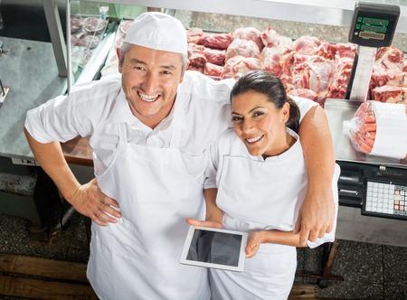 carniceria: Carnicerías Felices Con Tableta digital En Carnicería Foto de archivo