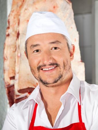carnicer�a: Confiado Carnicero Sonriente En Carnicer�a