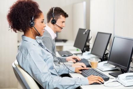 Zákaznický servis agenti pracující v kanceláři Reklamní fotografie