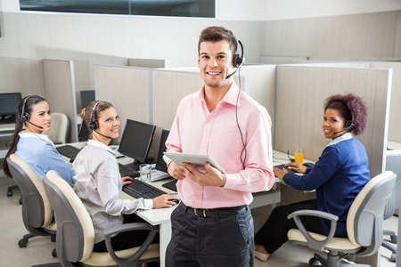 Zákaznický servis Executive holding počítače tablet v hovoru středis Reklamní fotografie