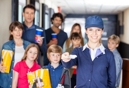 Happy Biglietti lavoratore in possesso, mentre le famiglie in fondo al Cin photo