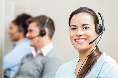 Lächelnde weibliche Kundendienstmitarbeiter im Büro