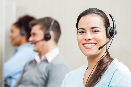 Usmívající se žena zákaznický servis agent v kanceláři