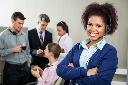 servicio al cliente: Feliz Mujer Servicio al Cliente Representante Permanente de Armas Cruz