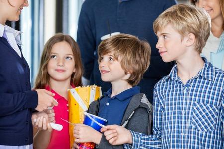 Operaio Controllo Biglietti Di Famiglia Al Cinema photo