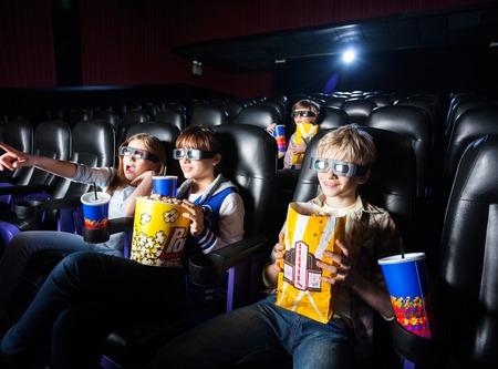 Fratelli germani che mangiano snack nel cinema 3D photo