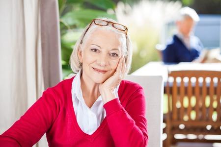 seniors: Retrato de la mujer mayor hermosa