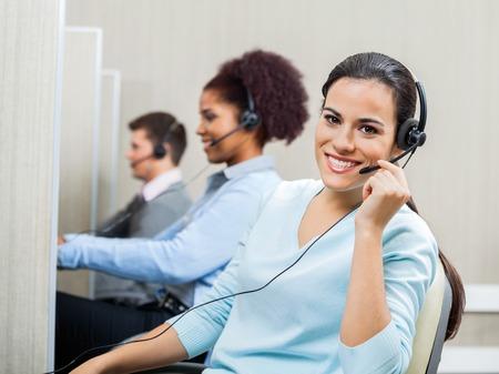 Portrait des lächelnden weiblichen Kundendienstmitarbeiter weari