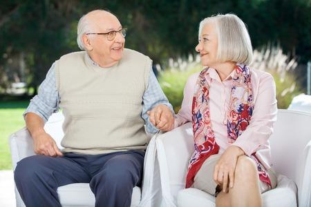Coppia anziana Darsi la mano e guardando a vicenda Altro photo