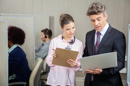 Colleghi di affari che discute In Call Center photo