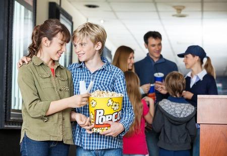 Fratello E Sorella Tenere popcorn al cinema photo