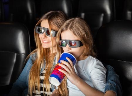 Madre e figlia, guardando 3D Movie In Theater photo