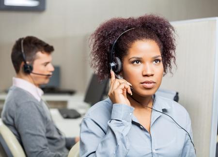 Žena zákazníkům služby reprezentativní Používání sluchátek