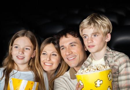 Glückliche Familie vor dem Film in Kino Lizenzfreie Bilder