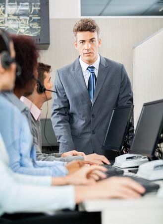Fiducioso Direttore Piedi Davanti A rappre Servizio Clienti photo