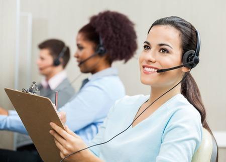 Riflessivo femminile rappresentante del servizio clienti in ufficio photo