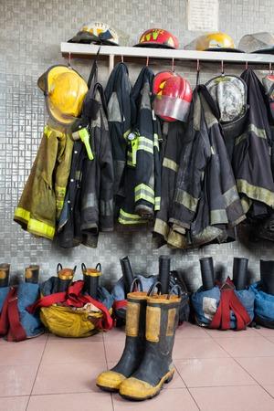 firefighter: Uniformes y equipo de bombero dispuestos en la estaci�n de bomberos