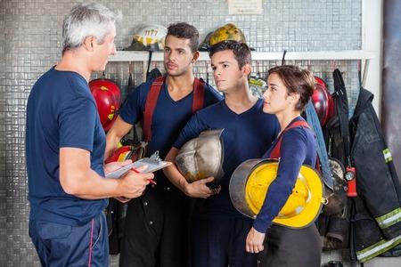 firefighter: Bombero madura discutir el plan con las personas en la estaci�n de bomberos