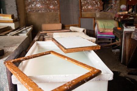 imprenta: Primer plano de papel en el molde sobre la pasta y la mezcla de agua en la fábrica Foto de archivo