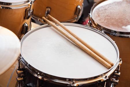 High Angle oog van stokken op de trommel in opnamestudio